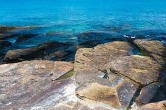 Camadas coloridas de pedra com mar Imagem de Stock