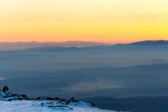 Camadas da montanha e por do sol colorido na montanha invernal Fotos de Stock Royalty Free