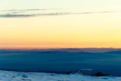 Camadas da montanha e por do sol colorido na montanha invernal Fotografia de Stock Royalty Free