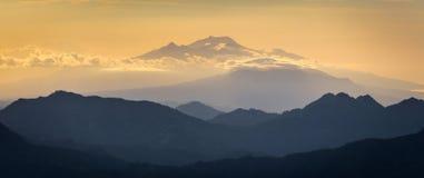 Camadas da silhueta de montanhas Fotografia de Stock