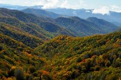 Camadas de cor nas grandes montanhas fumarentos Foto de Stock Royalty Free