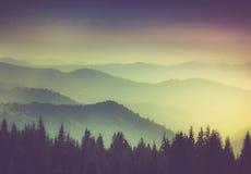Camadas de montanha e de embaçamento nos vales Fotografia de Stock Royalty Free