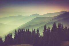Camadas de montanha e de embaçamento nos vales Fotografia de Stock