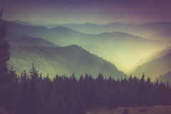 Camadas de montanha e de embaçamento nos vales Foto de Stock Royalty Free