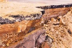 Camadas de solo abaixo da estrada asfaltada danificada imagem de stock