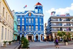Camagüey, Cuba - 19 de diciembre de 2016: Algunos turistas y locals encendido Imagen de archivo libre de regalías