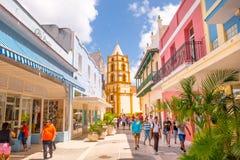 CAMAGUEY, CUBA - 4 DE SETEMBRO DE 2015: Opinião da rua de Fotos de Stock Royalty Free