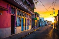 CAMAGUEY, CUBA - vista della via del centro urbano di eredità dell'Unesco immagine stock