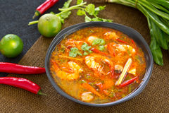 Camarão ácido e picante da sopa [kung tailandês de Tomyum] imagens de stock royalty free