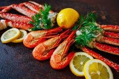 Camarão bonito com o limão e os verdes da carne de caranguejo Imagens de Stock