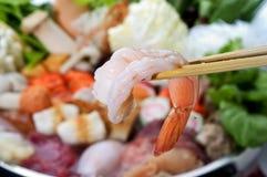 Camarão com chopsticks imagens de stock royalty free