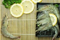 Camarão cru com limão Imagens de Stock Royalty Free