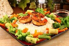 Camarão de Teriyaki do gengibre com arroz e Veggies imagem de stock