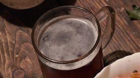 Camarão e cerveja no banho Zumbir lento liso vídeos de arquivo