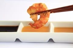 Camarão e chopstick imagens de stock