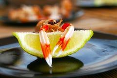 Camarão em um limão Imagem de Stock