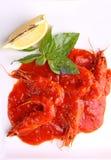 Camarão em um molho de tomate com manjericão e limão Fotografia de Stock