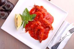 Camarão em um molho de tomate com manjericão e limão Imagens de Stock
