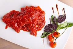 Camarão em um molho de tomate com manjericão e limão Fotos de Stock Royalty Free