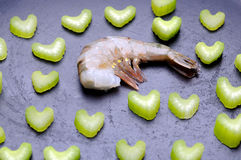 Camarão fresco cru com aipo Foto de Stock