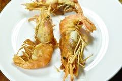 Camarão fritado que reveste a farinha e o ovo friáveis na placa imagem de stock