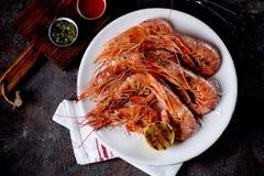 Camarão grelhado com pimenta do alho, de molho de soja, do azeite, do gengibre e de pimentão Vista superior Foto de Stock Royalty Free