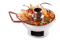 Camarão na sopa picante, sopa tailandesa picante do marisco do goong de Tom yum Iso fotografia de stock royalty free