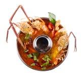 Camarão na sopa picante, sopa tailandesa picante do marisco do goong de Tom yum Iso fotos de stock