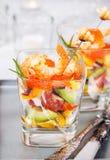Camarón, aguacate, tomate, salmones y ensalada roja del cóctel del caviar adentro Imagenes de archivo