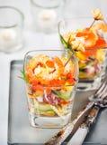 Camarón, aguacate, tomate, salmones y ensalada roja del cóctel del caviar adentro Imagen de archivo libre de regalías
