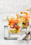 Camarón, aguacate, tomate, salmones y ensalada roja del cóctel del caviar adentro Fotografía de archivo libre de regalías