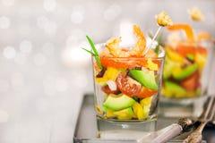Camarón, aguacate, tomate, salmones y ensalada roja del cóctel del caviar adentro Fotos de archivo libres de regalías
