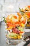 Camarón, aguacate, tomate, salmones y ensalada roja del cóctel del caviar adentro Imágenes de archivo libres de regalías