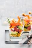 Camarón, aguacate, tomate, salmones y ensalada roja del cóctel del caviar adentro Imagen de archivo
