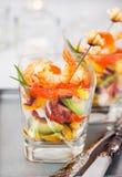 Camarón, aguacate, tomate, salmones y ensalada roja del cóctel del caviar adentro Fotos de archivo