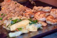 Camarón con arroz frito y verduras cocidas al vapor fotografía de archivo libre de regalías