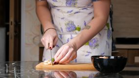 Camarón del corte Las manos femeninas cortaron el camarón hervido un cuchillo grande en una tabla de cortar de madera almacen de video