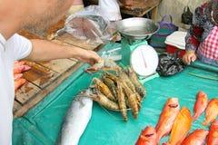 Camarón del usuario en un pequeño mercado de pescados Imagenes de archivo