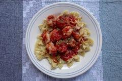 Camarón en salsa de tomate con las pastas Foto de archivo libre de regalías