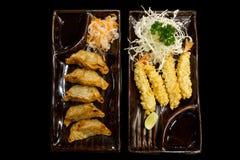 Camarón en tempura y Gyoza relleno en la opinión superior de la placa marrón fotografía de archivo