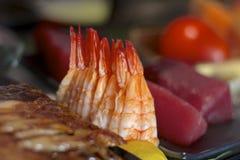 Camarón en una barra de sushi Foto de archivo