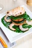 Camarón en una tostada con las verduras Fotos de archivo