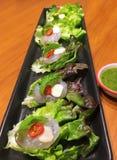 Camarón fresco del menú con la salsa de pescados picante, salsa de mariscos, comida tailandesa, cocina tailandesa Fotos de archivo