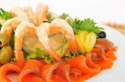 Camarón, pescado rojo, agradable servido. Imagenes de archivo