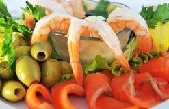 Camarón, pescado rojo, servido con el caviar y las aceitunas rojos. Foto de archivo libre de regalías