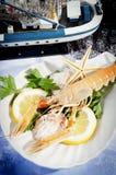 Camarón recién pescado con el limón Imagen de archivo libre de regalías