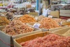 Camarón secado y mariscos secos en mercado Imágenes de archivo libres de regalías
