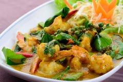 Camarón sofrito con la goma del chile, cocina tailandesa Imagenes de archivo
