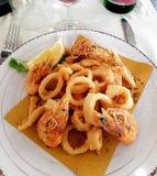 Camarón y calamar frito imagen de archivo libre de regalías