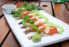 Camarón y salmones adobados con ajo y salsa caliente Fotografía de archivo libre de regalías